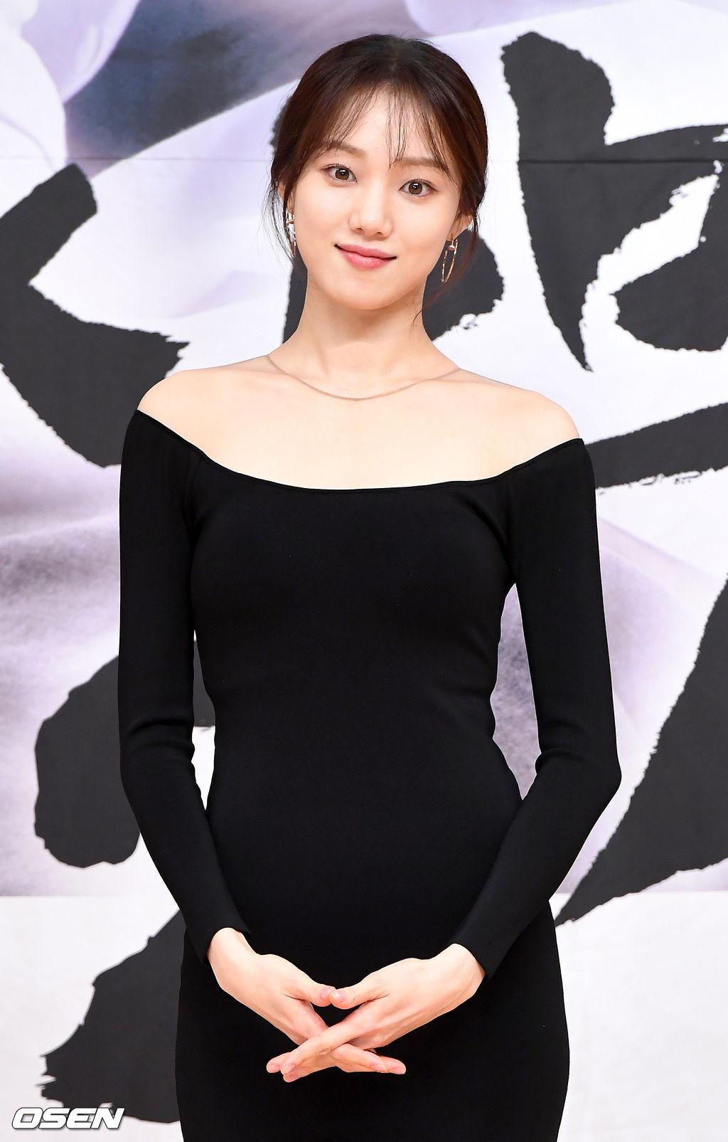 [OSEN=최규한 기자]배우 이성경이 참석해 포토타임을 하고 있다. /dreamer@osen.co.kr
