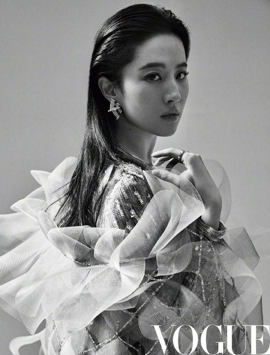 ''우아+카리스마'' '뮬란' 유역비, 中 매거진 커버 장식..독보적 분위기 [화보]