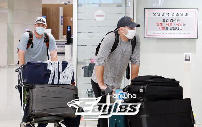 [사진] 제라드 호잉(오른쪽)과 채드벨이 25일 인천국제공항에 입국했다. /한화 이글스 제공