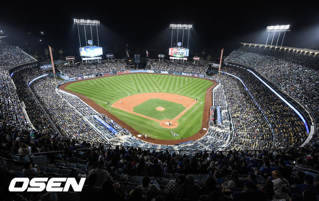 [OSEN=LA(미국),박준형 기자]경기종료를 앞둔 9회 다저스 팬들이 열띤 응원을 하고 있다. / soul1014@osen.co.kr