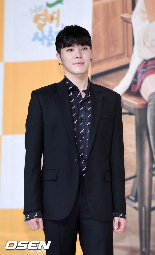 [OSEN=민경훈 기자] 4일 오후 서울 영등포구 타임스퀘어 아모리스홀에서 열린 tvN 예능 '나의 영어사춘기' 제작발표회서 휘성이 포토타임을 갖고 있다./ rumi@osen.co.kr