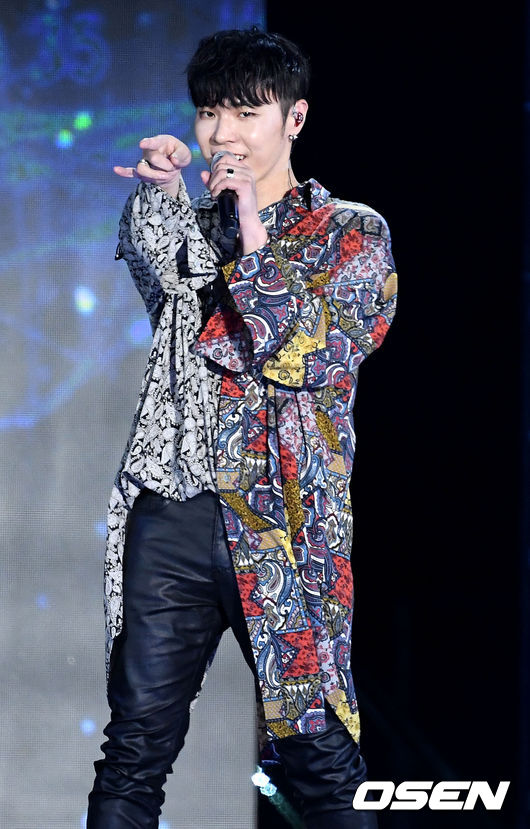[OSEN=최규한 기자] 가수 휘성이 5일 오후 서울 상암동 MBC 광장 특설무대에서 열린 'DMC페스티벌 2018' 개막특집 슈퍼콘서트 무대를 펼치고 있다. /dreamer@osen.co.kr