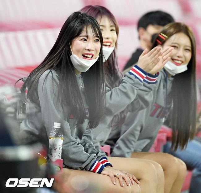 [사진]KIA 김한나 치어리더,'코로나 날려버리는 미소'