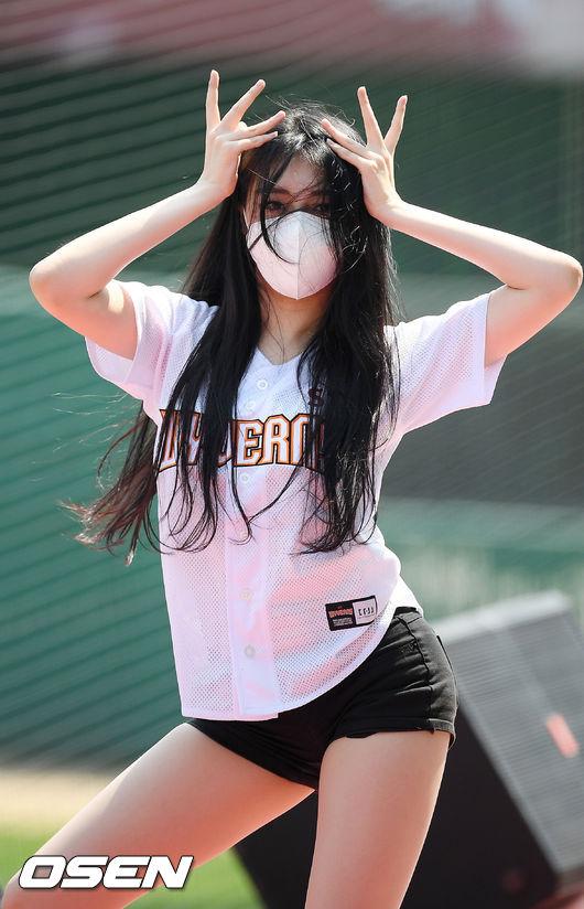 [사진]SK 박현영 치어리더,'마스크 쓰고 강렬한 안무'