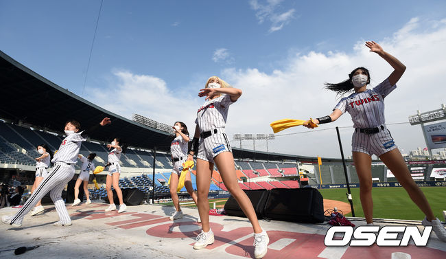 [사진]LG 치어리더,'마스크 쓰고 뜨거운 응원'
