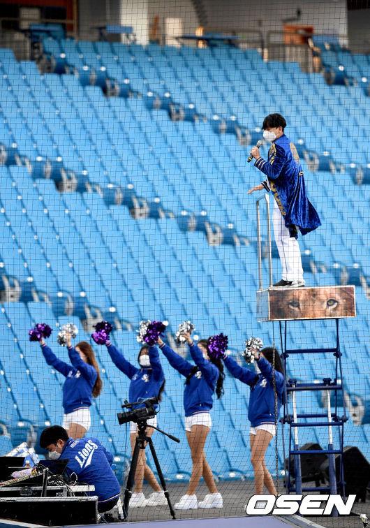 [사진]텅빈 야구장에서 온라인 응원하는 삼성 치어리더
