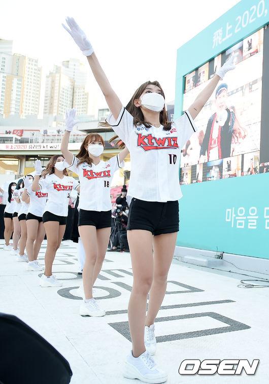 [사진]마스크 쓰고 응원전 펼치는 KT 치어리더들