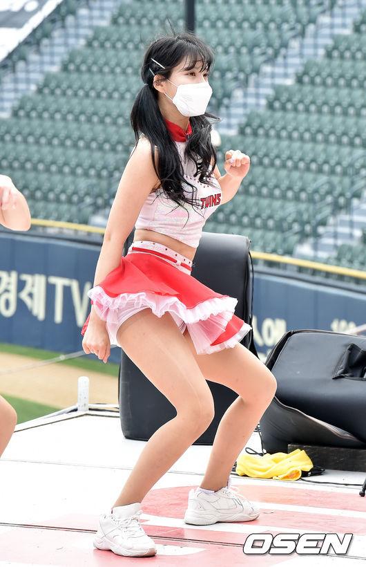 [사진]LG 치어리더,'살랑살랑 흔들며'