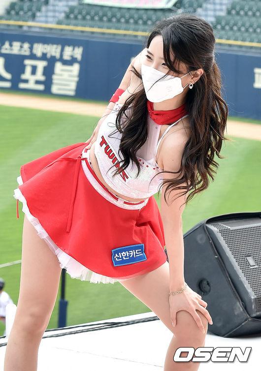 [사진]LG 치어리더,'눈웃음에 퐁당'