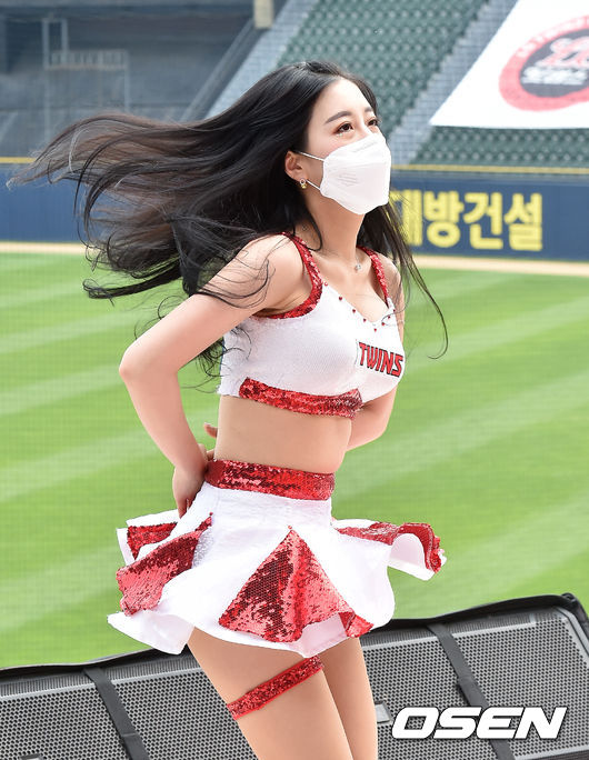 [사진]LG 치어리더,'나팔꽃 치마가 찰랑~'