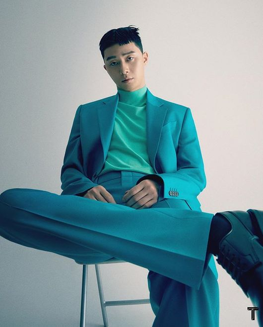 박서준, 싱가포르 패션 매거진 장식..컬러풀 수트도 완벽 소화 [화보]