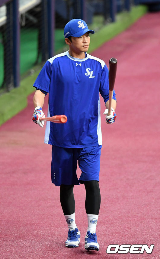[OSEN=이대선 기자] 삼성 박해민이 두개의 배트를 들고 더그아웃을 나서고 있다. /sunday@osen.co.kr