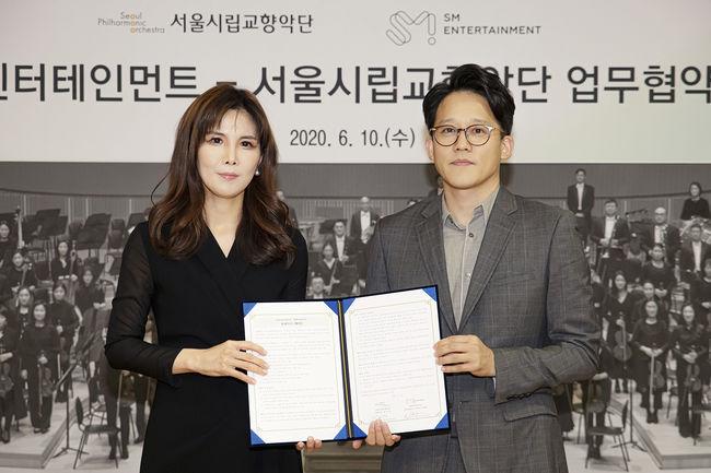 SM-서울시향 MOU 체결식 이미지 (왼쪽부터 서울시향 강은경 대표이사, SM 이성수 대표이사)