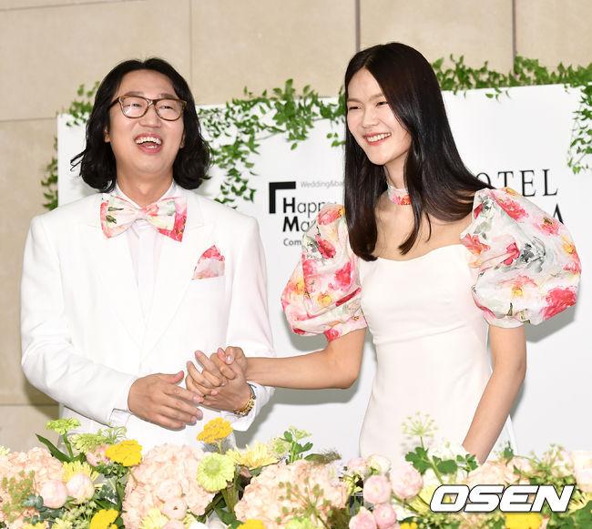 [OSEN=최규한 기자]김경진-전수민 커플이 결혼식을 앞두고 진행된 기자회견에 참석해 포토타임을 하고 있다. / dreamer@osen.co.kr