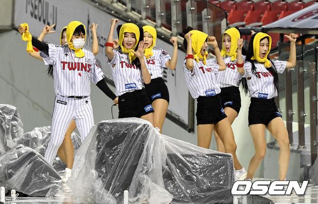 [사진]LG 치어리더, '비도 막지 못하는 응원'
