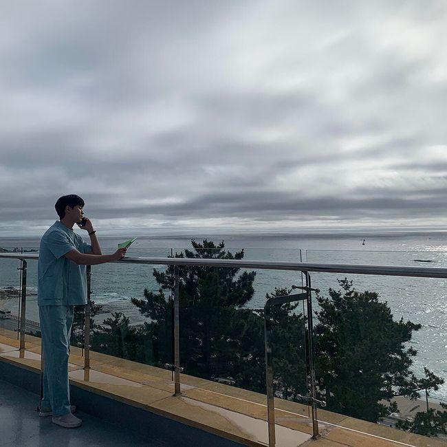 '사이코지만 괜찮아' 김수현, 누구와 전화를? 간호복 입고 화보 찍는 비주얼[★SHOT!]