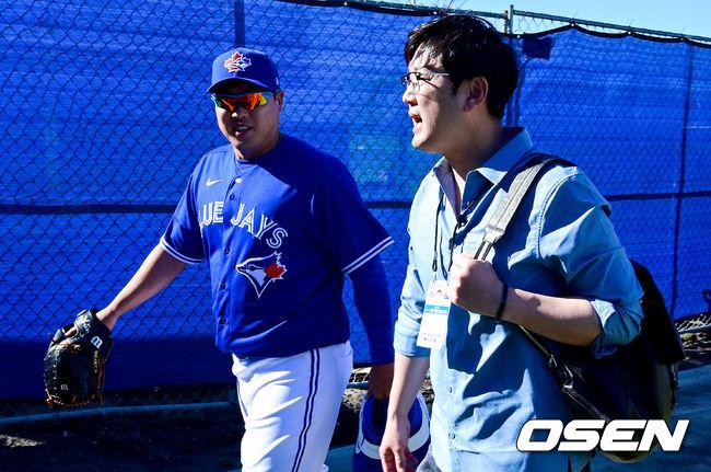 [OSEN=더니든(미국 플로리다주),박준형 기자]류현진이 김선우 해설위원과 이야기를 나누며 훈련장으로 이동하고 있다./ soul1014@osen.co.kr