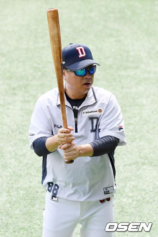 [OSEN=잠실, 민경훈 기자]두산 김태형 감독이 배트를 바꿔가며 스윙 테스트를 하고 있다./ rumi@osen.co.kr