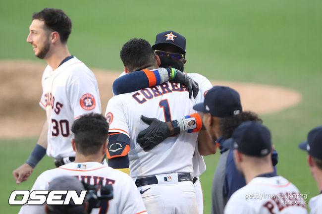 [사진] 끝내기 홈런을 친 카를로스 코레아가 더스티 베이커 감독과 포옹하고 있다. /ⓒGettyimages(무단전재 및 재배포 금지)