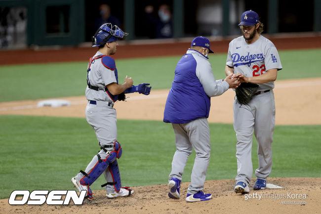 [사진] 데이브 로버츠 다저스 감독이 클레이튼 커쇼(오른쪽)에게 공을 건네받고 있다. /ⓒGettyimages(무단전재 및 재배포 금지)