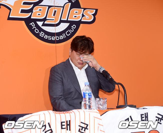 [OSEN=대전, 민경훈 기자]김태균이 기자회견중 눈물을 흘리고 있다./rumi@osen.co.kr