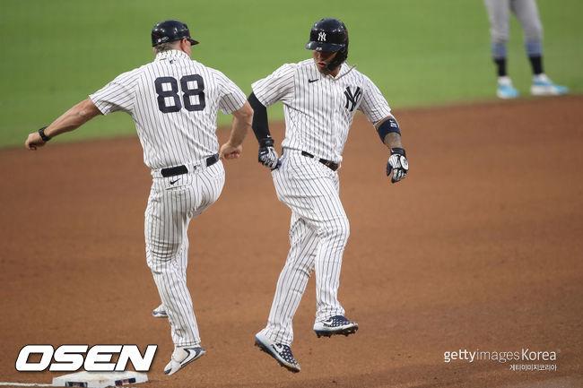 [사진] 글레이버 토레스와 홈런 세리머니를 하는 필 네빈 코치(왼쪽) /ⓒGettyimages(무단전재 및 재배포 금지)