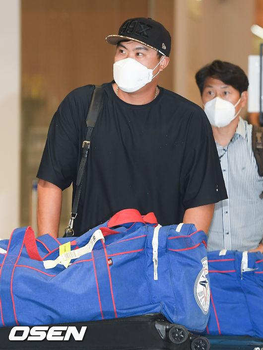 [OSEN=인천국제공항,박준형 기자]류현진이 입국장에 들어서고 있다.  / soul1014@osen.co.kr