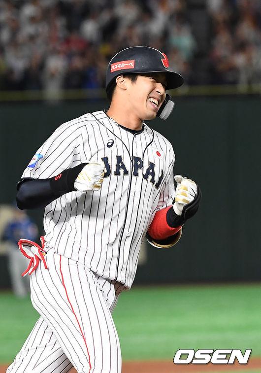[OSEN=도쿄(일본), 곽영래 기자]2회말 2사 1,2루 일본 야마다가 양현종에게 역전 스리런 홈런을 때린 뒤 기뻐하고 있다. /youngrae@osen.co.kr