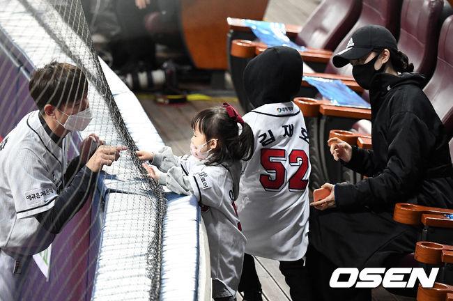 [OSEN=고척, 지형준 기자]한국시리즈 3차전 경기를 앞두고 두산 김재호가 네트를 사이에 두고 가족과 인사를 나누고 있다. /jpnews@osen.co.kr