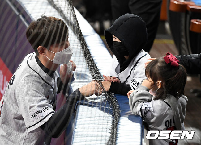 [OSEN=고척, 지형준 기자]한국시리즈 4차전 경기를 앞두고 두산 김재호가 자녀들과 인사를 나누고 있다. /jpnews@osen.co.kr