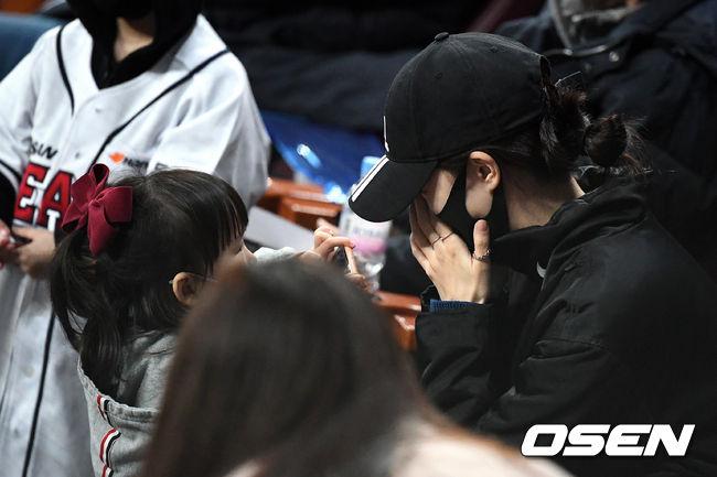 [OSEN=고척, 지형준 기자] 한국시리즈 3차전, 두산 김재호의 아내가 하트 세리머니에 눈물을 훔치고 있다. /jpnews@osen.co.kr