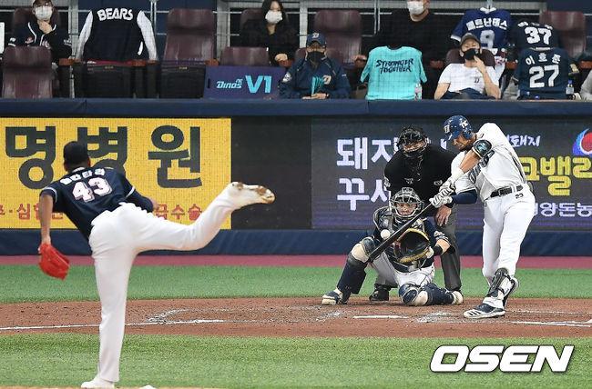 [OSEN=곽영래 기자] 17일 한국시리즈 1차전에서 4회말 1사 1,2루 NC 알테어가 스리런 홈런을 때려내고 있다. /youngrae@osen.co.kr