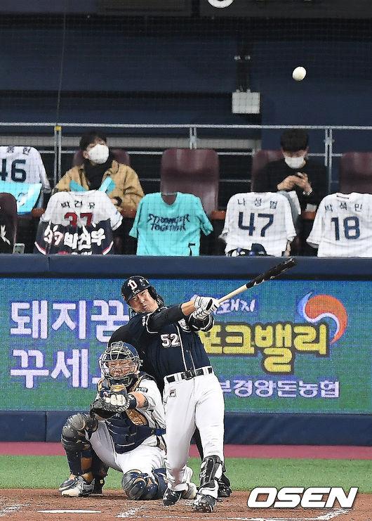 [OSEN=곽영래 기자] 18일 한국시리즈 2차전에서 4회초 무사 두산 김재호가 솔로 홈런을 때려내고 있다. /youngrae@osen.co.kr