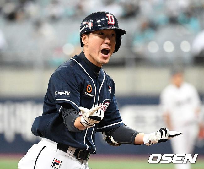 [OSEN=이대선 기자] 18일 한국시리즈 2차전에서 4회초 무사 두산 김재호가 좌월 솔로 홈런을 치고 환호하고 있다./sunday@osen.co.kr