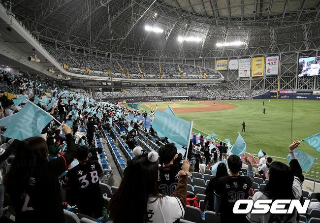 [OSEN=고척, 김성락 기자] 10일 오후 서울 고척스카이돔에서 '2020 신한은행 SOL KBO리그' 플레이오프 KT 위즈와 두산 베어스의 경기가 열렸다.KT 야구팬들이 관중석에서 열띤 응원을 펼치고 있다./ksl0919@osen.co.kr