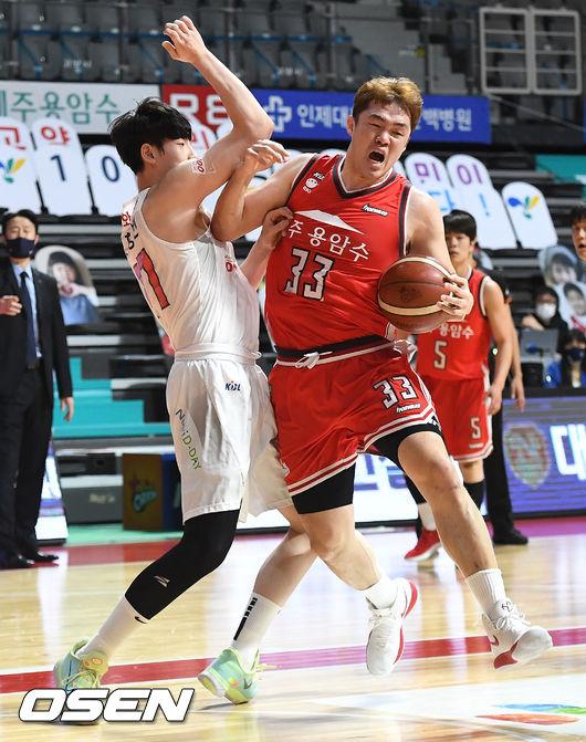 [OSEN=고양, 최규한 기자]3쿼터, 오리온 이승현이 돌파를 펼칠 때 SK 김형빈과 몸싸움을 벌이고 있다. / dreamer@osen.co.kr