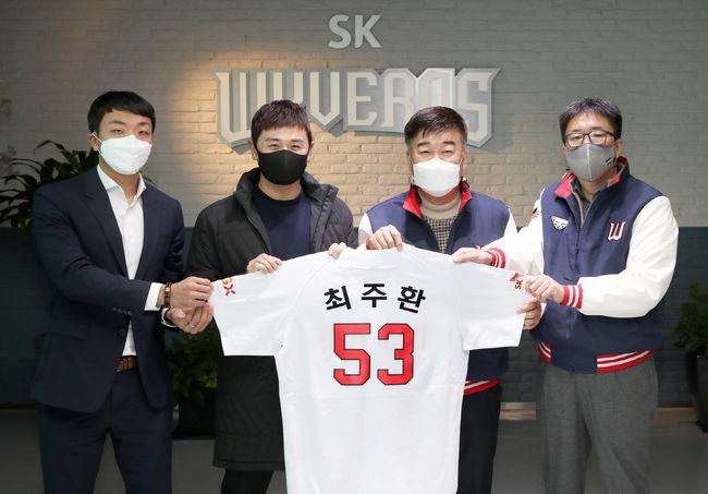 FA 자격을 얻은 뒤 SK 유니폼을 입은 최주환은 두산 시절에 달았던 등번호 53번을 그대로 달고 뛴다. ⓒ SK 와이번스