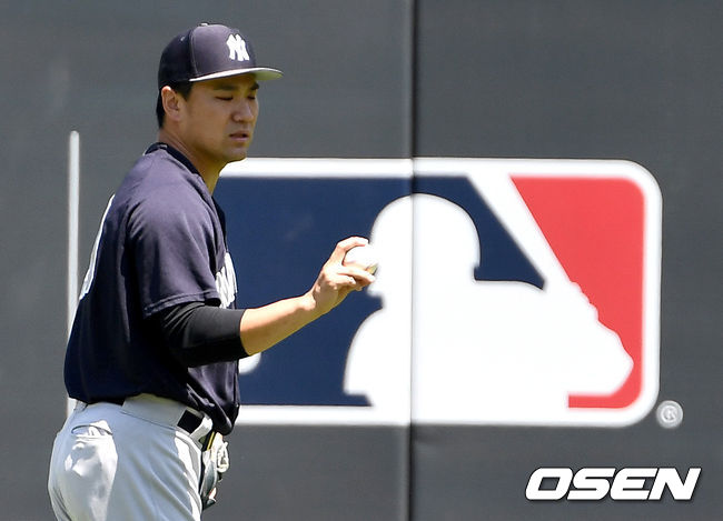 [OSEN=LA(미국 캘리포니아주), 최규한 기자]경기 시작을 앞두고 양키스 다나카 마사히로가 외야에서 몸을 풀고 있다. /dreamer@osen.co.kr