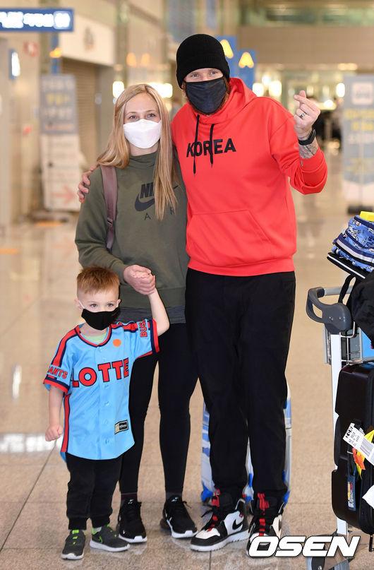 [OSEN=인천공항, 이대선 기자]롯데 댄 스트레일리와 그의 가족이 입국장을 나서며 취재진을 향해 포즈를 취하고 있다. /sunday@osen.co.kr