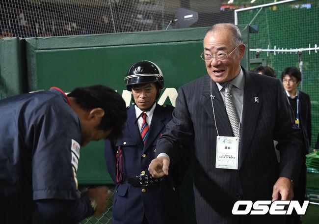 [OSEN=도쿄돔, 손용호 기자]원로 야구인 장훈이 아나바 일본대표팀 감독을 찾아 인사를 나누고 있다. / spjj@osen.co.kr