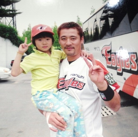 신인 고명준이 6살 때 김민재 코치(당시 한화 소속)와 함께 찍은 사진을 꺼냈다. ⓒ SK 와이번스