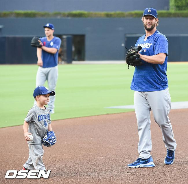[OSEN=샌디에이고(미국 캘리포니아주),박준형 기자]경기에 앞서 다저스 커쇼가 아들과 캐치볼을 하며 즐거운 시간을 보내고 있다. / soul1014@osen.co.kr
