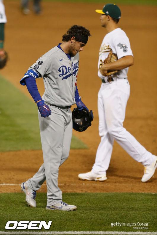 [사진] 지난 6일 오클랜드와의 경기에서 왼쪽 종아리를 다쳐 쩔뚝거리고 있는 LA 다저스의 코디 벨린저.ⓒGettyimages(무단전재 및 재배포 금지)