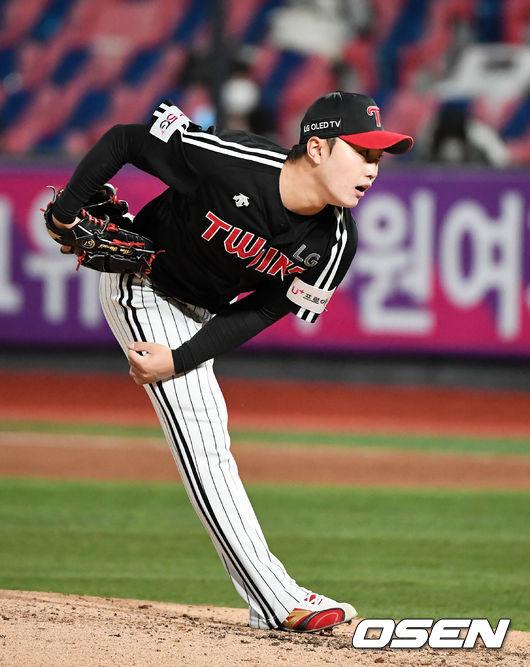 [OSEN=수원, 지형준 기자]4회초 LG 김윤식이 역투하고 있다. /jpnews@osen.co.kr