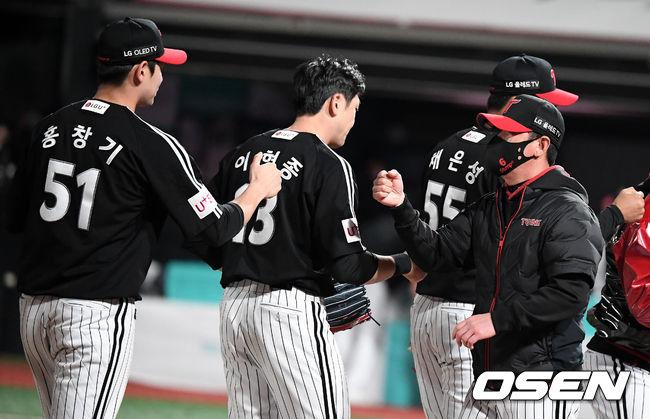 [OSEN=수원, 지형준 기자]경기를 마치고 LG 류지현 감독과 선수들과 승리 하이파이브를 하고 있다.  /jpnews@osen.co.kr