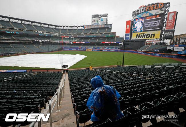 [사진] 16일(한국시간) 내리는 비로 방수포가 덮힌 뉴욕 메츠의 홈구장 시티 필드.ⓒGettyimages(무단전재 및 재배포 금지)