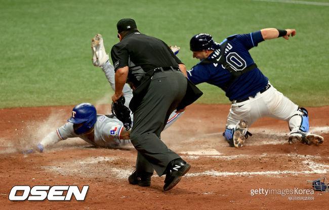 [사진] 텍사스의 아도리스 가르시아(왼쪽)가 15일(한국시간) 벌어진 탬파베이와의 경기 7회서 펜스 상단을 맞히는 큰 타구를 친 뒤 홈에서 슬라이딩을 하고 있다. ⓒGettyimages(무단전재 및 재배포 금지)