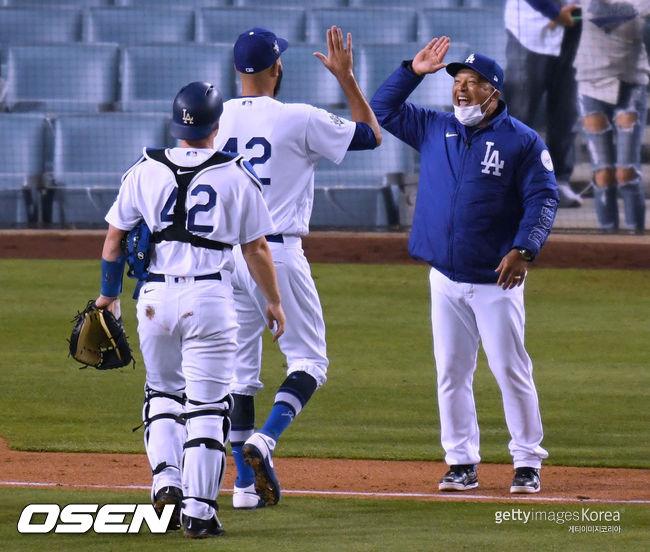 [사진] 다저스 프라이스가 첫 세이브를 거둔 뒤 로버츠 감독(오른쪽)과 하이파이브를 하고 있다. ⓒGettyimages(무단전재 및 재배포 금지)