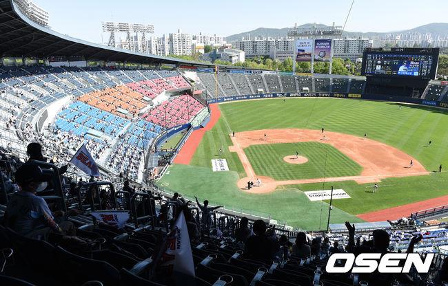[OSEN=잠실, 이대선 기자]경기장을 찾은 야구팬들이 응원을 펼치고 있다./sunday@osen.co.kr