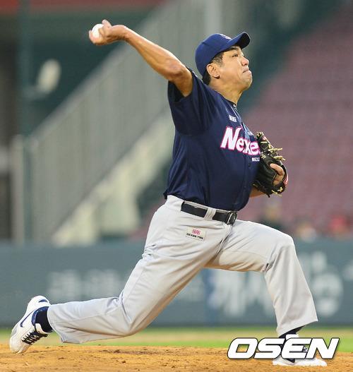 [사진] 일본프로야구 마지막 퍼펙트 게임 투수 마키하라 히로미가 2012년 서울 잠실구장에서 열린 '한일 프로야구 레전드 매치 2012' 경기에서 투구를 하고 있다. /OSEN DB